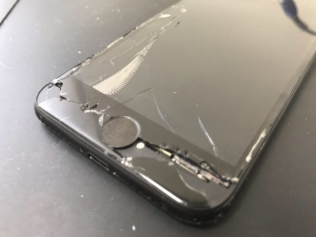 ホームボタン周辺が割れているiPhone7