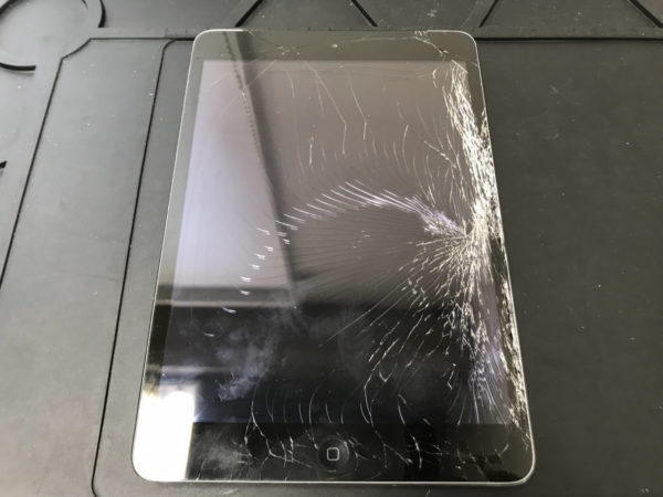 ガラスが粉々に割れてしまったiPad Airの修理依頼