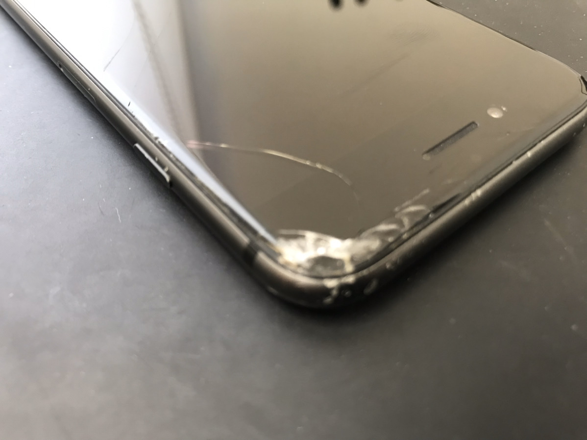 画面が割れたiPhoneSE(第2世代)