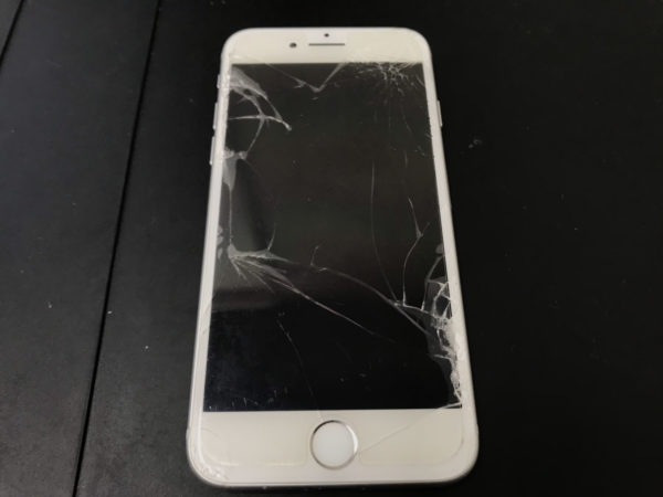 iPhoneの画面割れは操作ができるうちに修理しましょう
