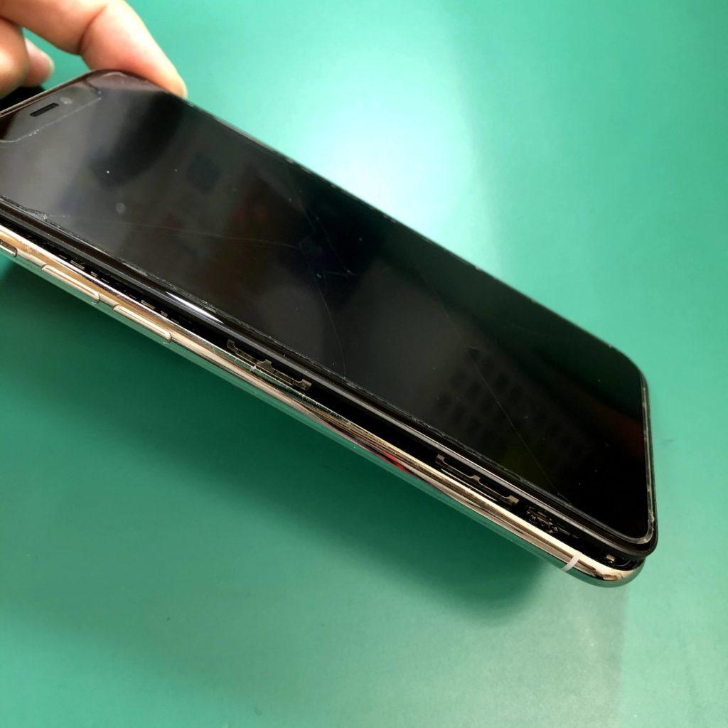 バッテリー膨張してしまったiPhoneXです。