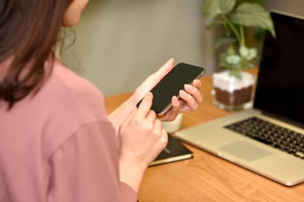 iPhoneで電話中に表示されるオレンジの丸の正体とは?
