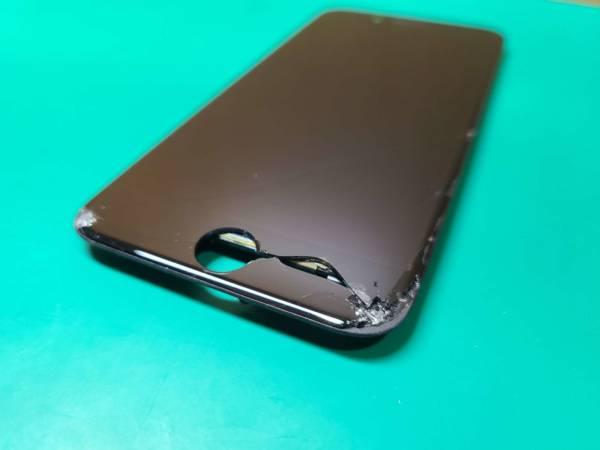穴が開いたiPhone