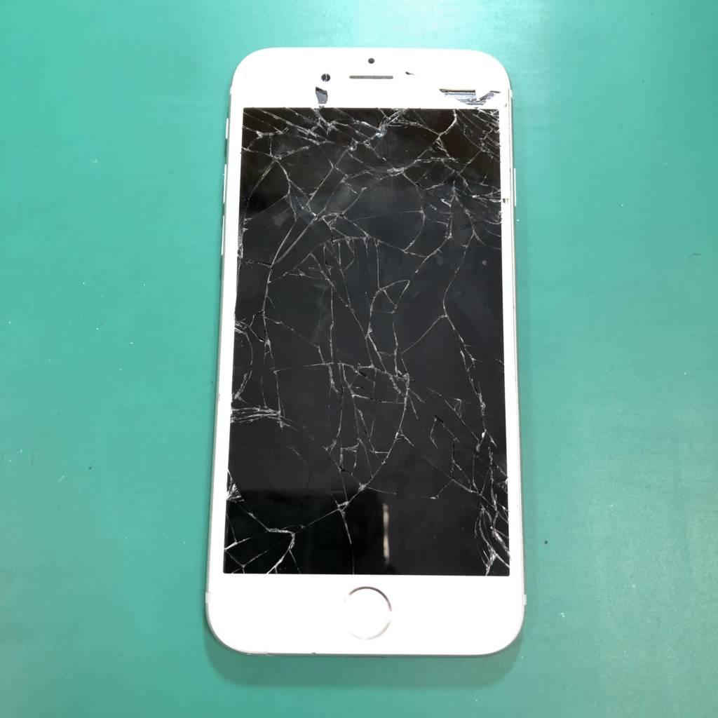 穴が開いてしまったiPhone