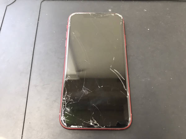 ガラスが割れて液晶が真っ暗になったiPhone11も画面修理で元通り