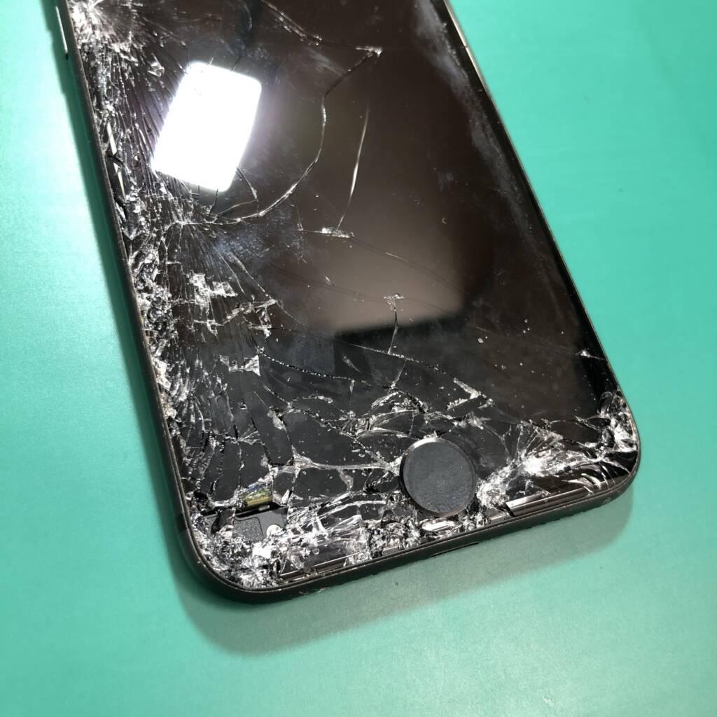 大きく割れてしまったiPhone8