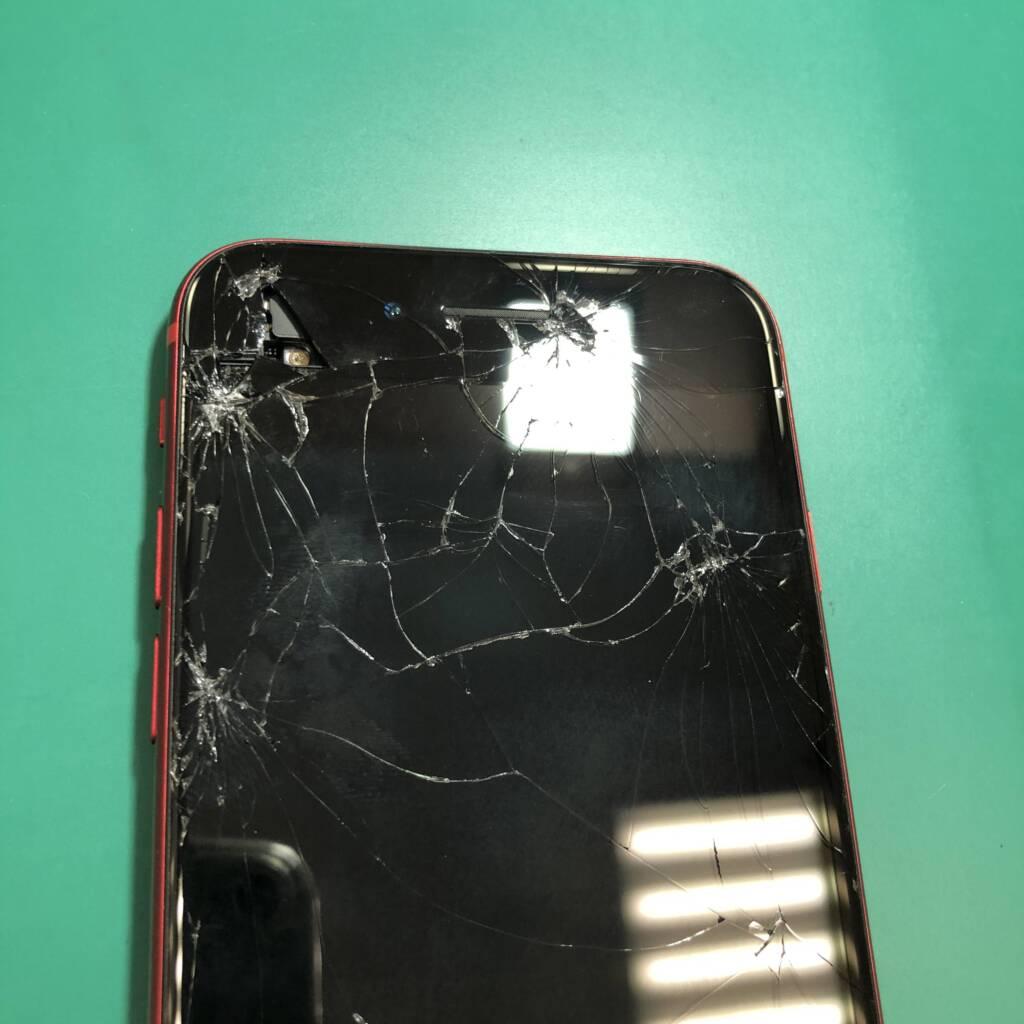 割れて穴が開いてしまったiPhone