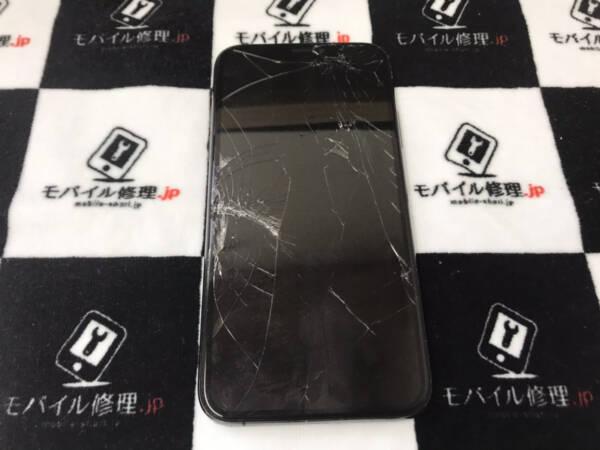 画面が割れてしまって操作不能になったiPhoneXSの修理依頼
