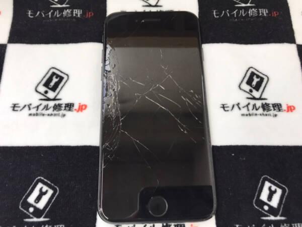 画面がが粉々に割れガラスが剥離しているiPhoneSE2