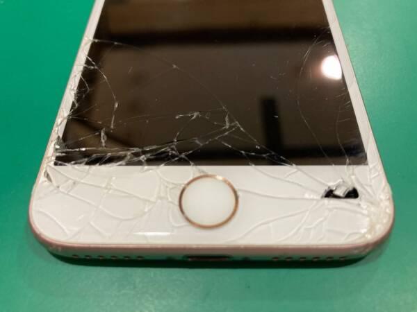 穴が開いたiPhone7の修理